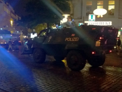 10.00 pm – sirens, riot police and protests in central Hamburg